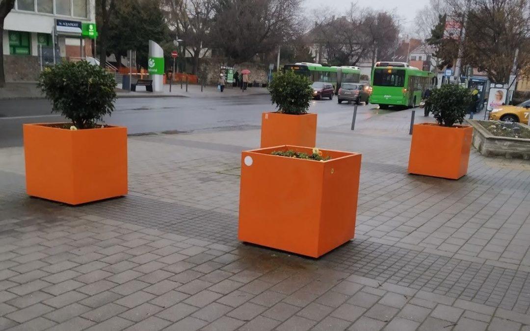 Virágládákat, díszköveket tisztított meg a BIOKOM Folytatódik a pécsi közterületek graffiti-mentesítése